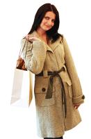 Kvinne ute og shoppar